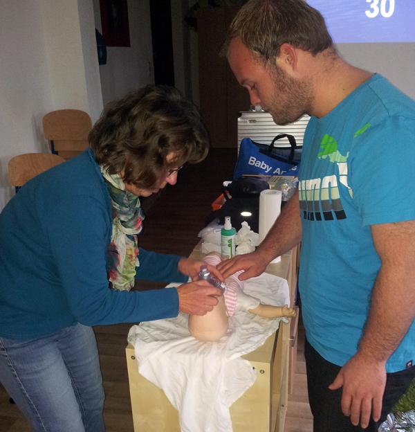 """Beim """"Erste-Hilfe-Kurs am besonderen Kind"""" stand auch Herz-Lungen-Wiederbelebung an der Babypuppe auf dem Programm. (Foto: BbP)"""
