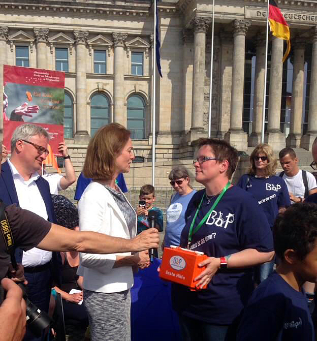BbP-Vorsitzende Kerstin Held übergibt den Erste-Hilfe-Koffer mit Sofortmaßnahmen zur Verbesserung der Lage von Pflegekindern an Bundesfamilienministerin Dr. Katarina Barley (links).