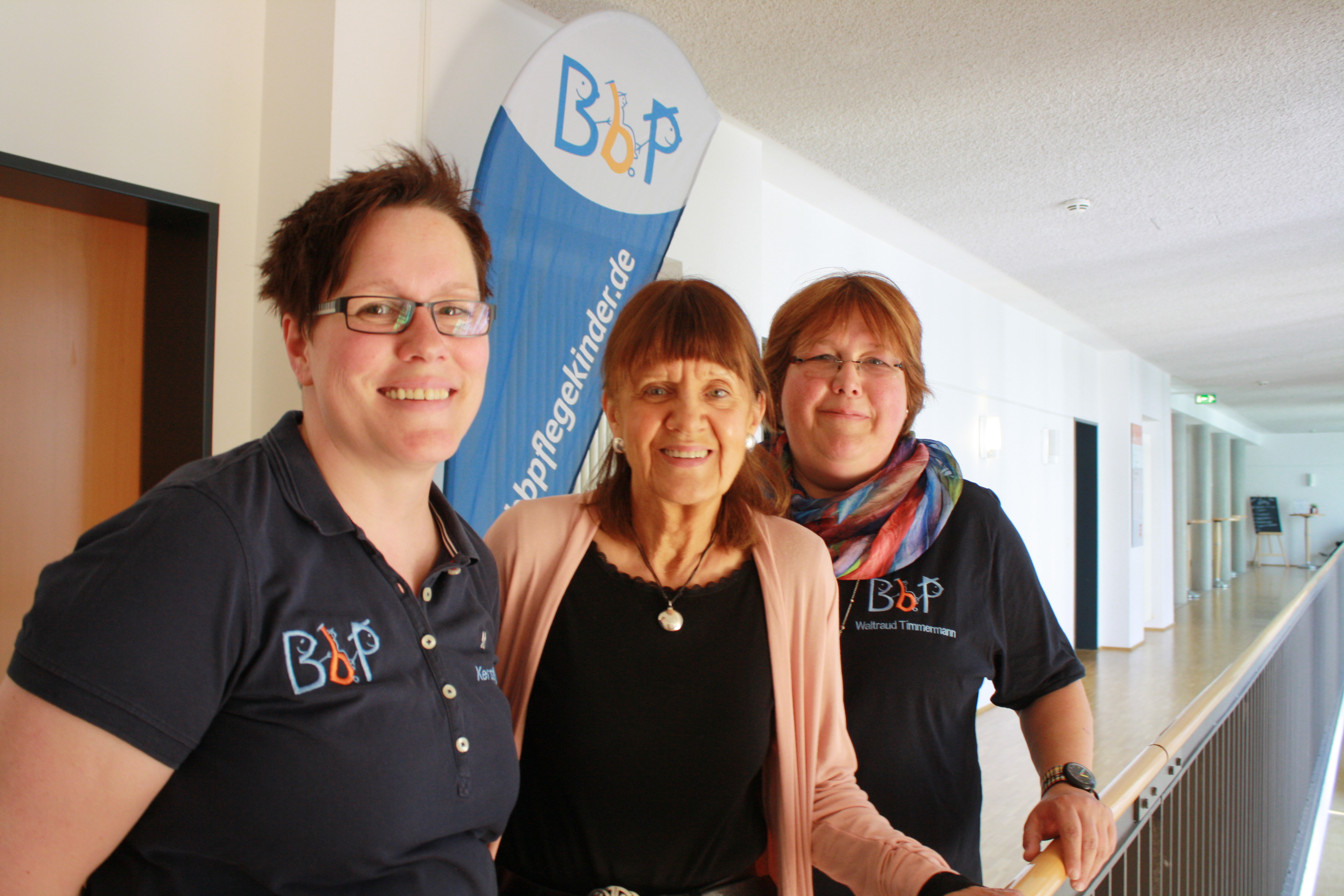 Erstes Ehrenmitglied im BbP: Frauke Zottmann-Neumeister (Mitte) mit Kerstin Held (links) und Waltraud Timmermann. [Foto: Gerhard Schindler]