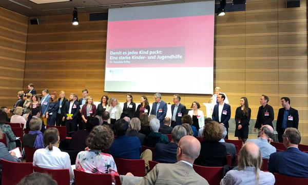 Viele Menschen bei der Auftaktkonferenz zum Dialogprozess im Berliner Familienministerium