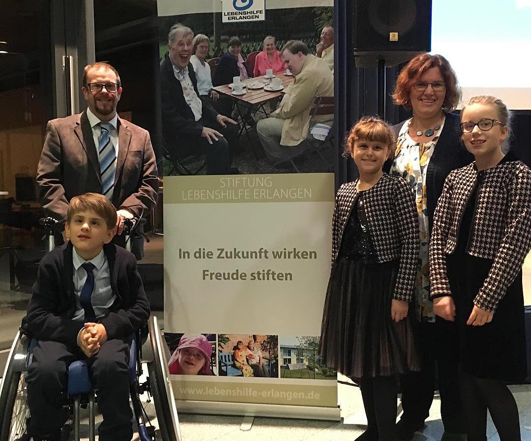 Familie Ungerer aufgestellt vor Lebenshilfe-Plakat