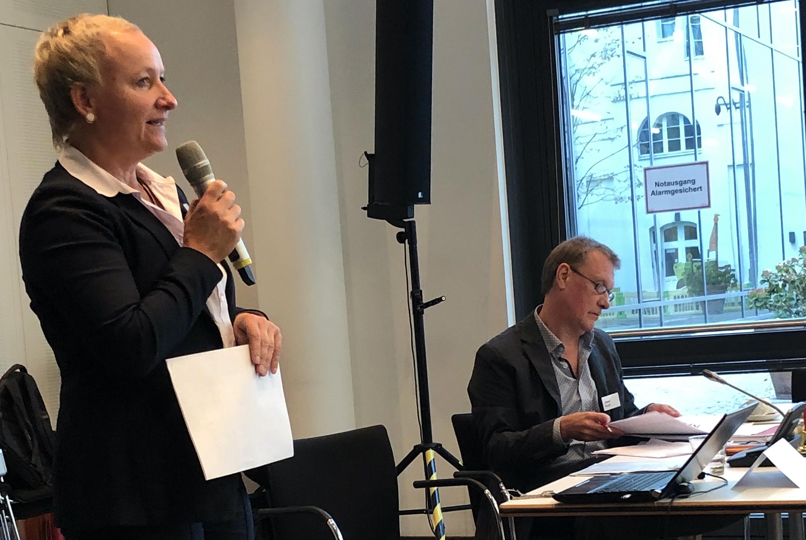 Rechtsanwältin Gila Schindler spricht, Josef Koch sitzt