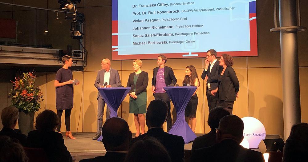 Moderatorin Claudia Brüninghaus und die Sozialpreisträger samt Ministerin Giffey