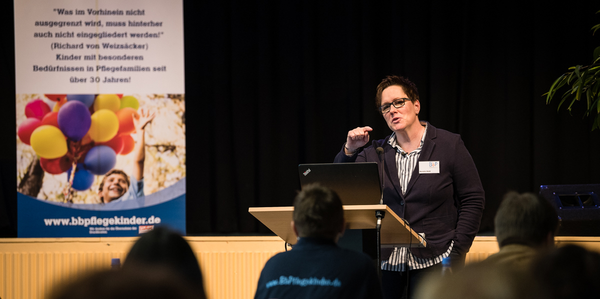 """BbP-Vorsitzende Kerstin Held eröffnet die Fachtagung """"Über Nacht erwachsen geworden?! – Wenn das Pflegekind mit Behinderung volljährig wird …"""" [Foto: Jacobia Dahm]"""