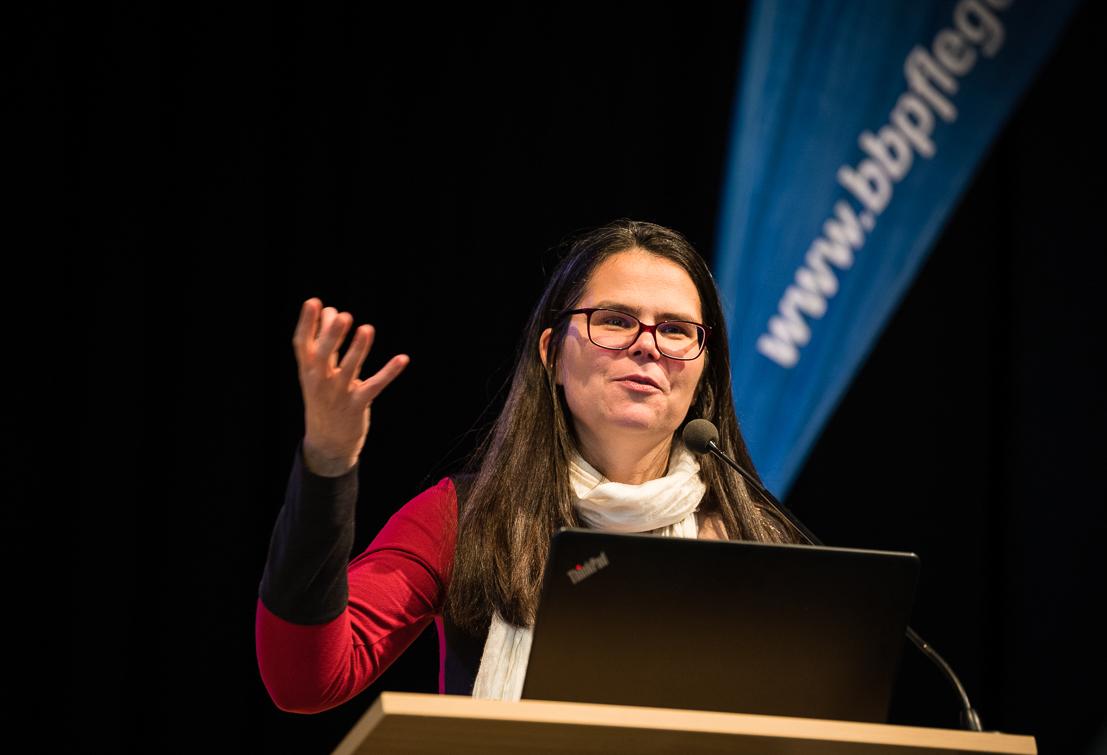Lydia Schönecker spricht auf der BbP-Fachtagung in Berlin. [Foto: Jacobia Dahm]