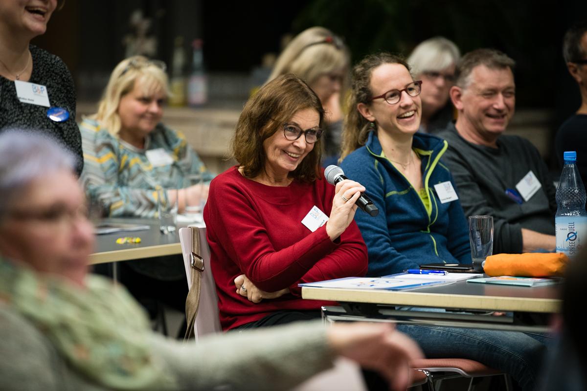 Teilnehmer diskutieren bei der BbP-Fachtagung in Berlin. [Foto: Jacobia Dahm]
