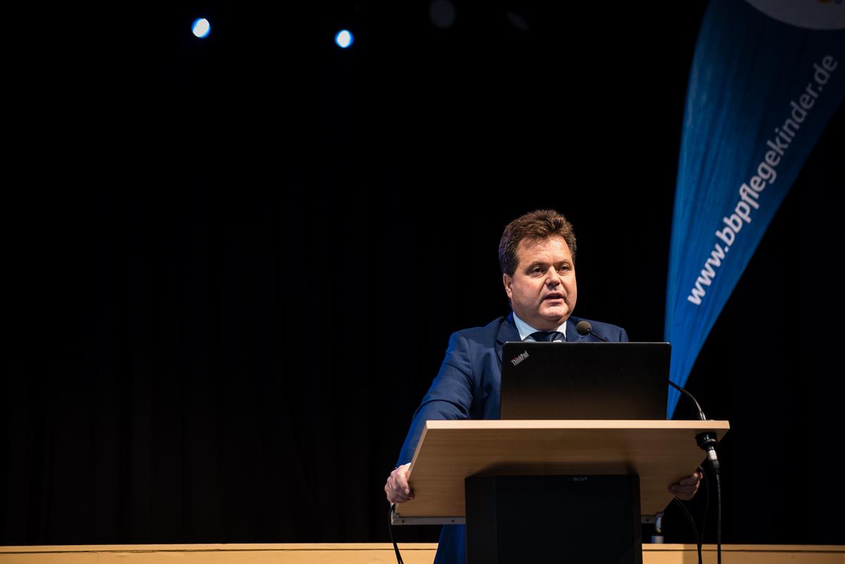 Jürgen Dusel, Beauftragter der Bundesregierung für die Belange von Menschen mit Behinderungen, spricht auf der BbP-Fachtagung in Berlin. [Foto: Jacobia Dahm]