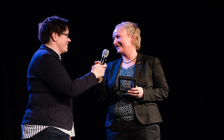BbP-Vorsitzende Kerstin Held und Rechtsanwältin Gila Schindler auf der Bühne. [Foto: Jacobia Dahm]