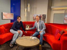 """Kerstin Held und Hinnerk Baumgarten auf dem roten Sofa der NDR-Sendung """"DAS!"""" [Foto: NDR]"""