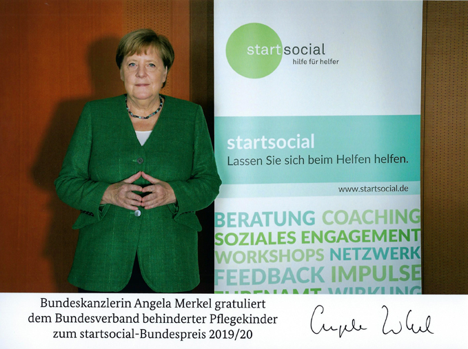 Bundeskanzlerin Angela Merkel gratuliert dem Bundesverband behinderter Pflegekinder e.V. zum Preis bei startsocial.