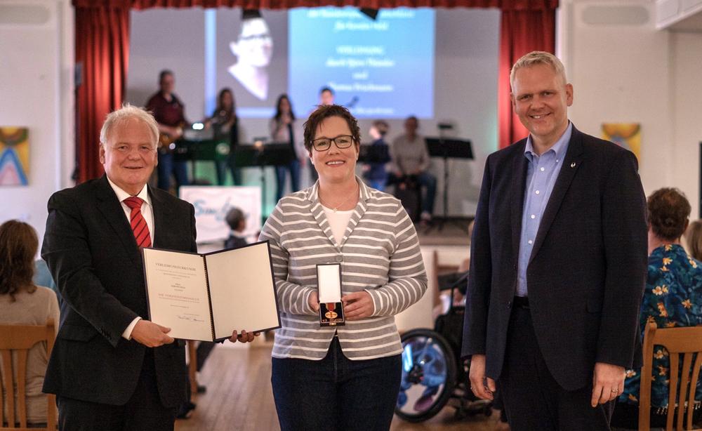 Verdienstmedaille der Bundesrepublik Deutschland für Kerstin Held, Vorsitzende des Bundesverbandes behinderter Pflegekinder e.V.