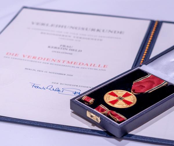 Kerstin Helds Medaille und Urkunde